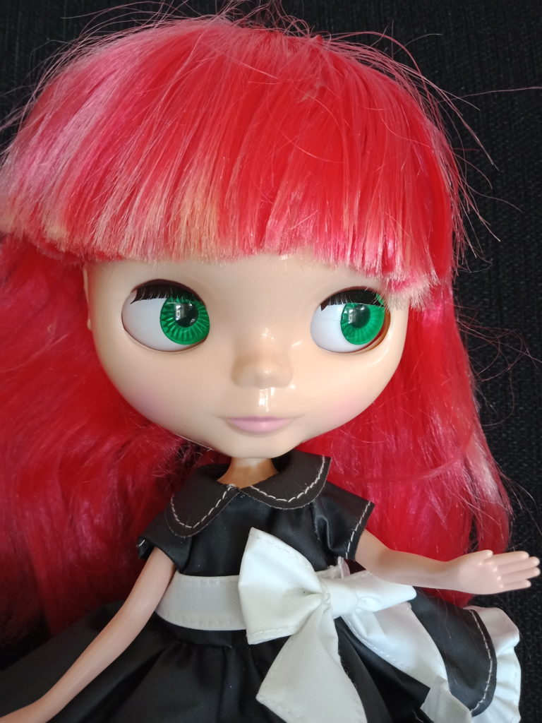 Blythe Doll with red hair change to gren eyes